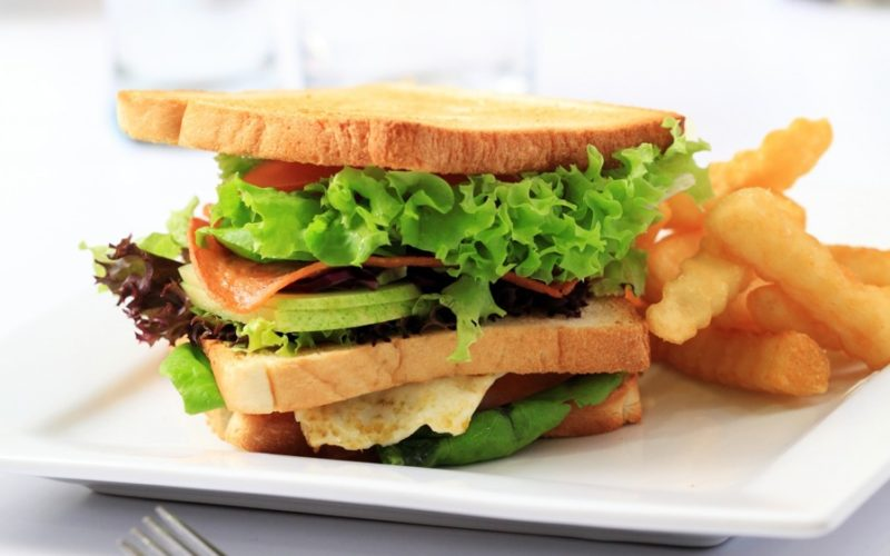 sandwich Sunca Branza telemea Rosii Ou prajit Salata verde Cartofi prajiti Paine prajita